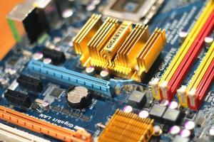 Motherboard chips heatsink slots